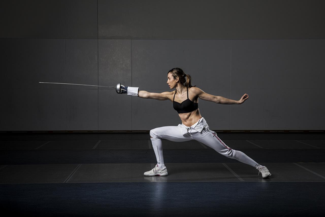 Фотографии рапира Шатенка Тренировка Fencing позирует спортивная молодая женщина ног Руки Шпага шатенки тренируется физическое упражнение Поза Спорт девушка Девушки спортивные спортивный молодые женщины Ноги рука