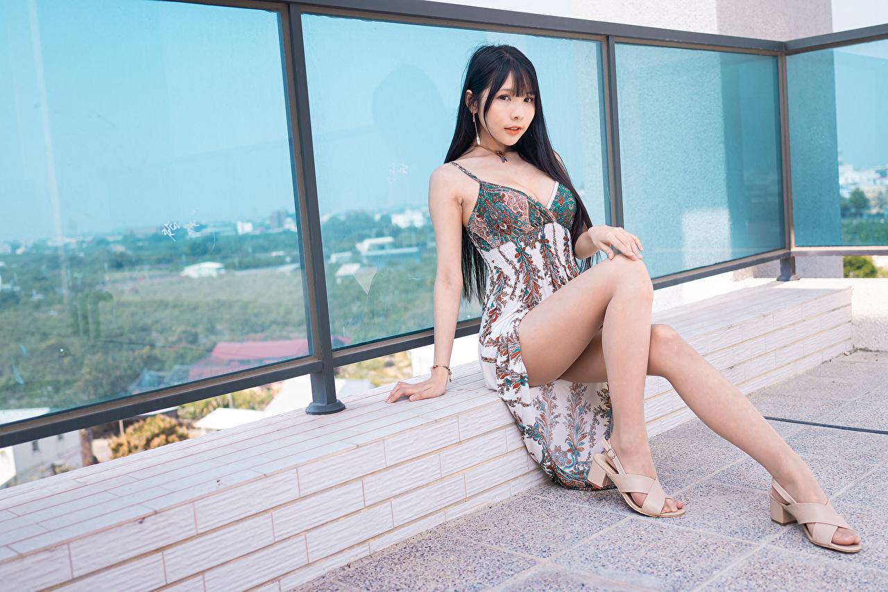 Обои для рабочего стола брюнеток Красивые Девушки Ноги азиатки сидя Взгляд Платье брюнетки Брюнетка красивая красивый девушка молодая женщина молодые женщины ног Азиаты азиатка Сидит сидящие смотрит смотрят платья