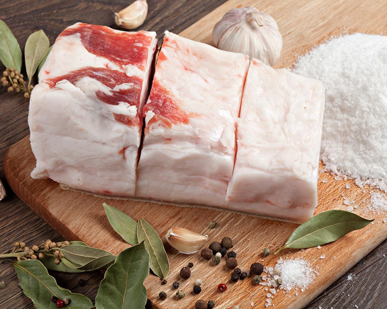 Картинка салом Перец чёрный соли Чеснок Специи Продукты питания Разделочная доска Сало Соль солью Еда Пища пряности приправы