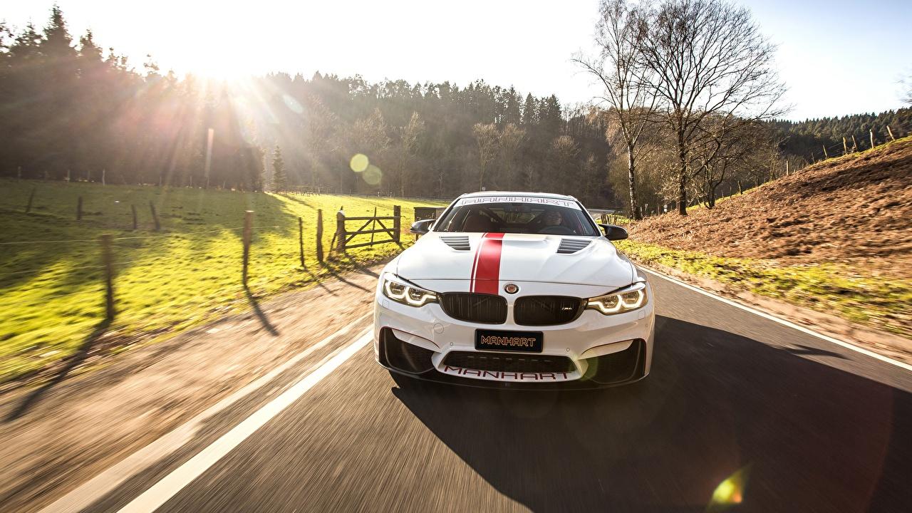 Фотография БМВ M4 2018 550 MH4 Manhart Racing белые едет Спереди автомобиль BMW белая Белый белых едущий едущая скорость Движение авто машины машина Автомобили