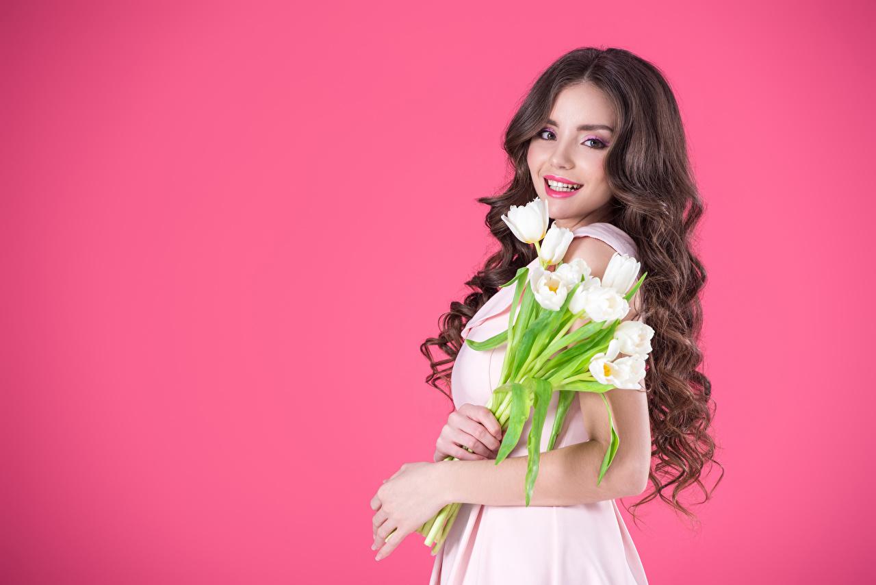 Картинка Шатенка Улыбка Красивые Волосы Девушки Тюльпаны Взгляд Цветной фон смотрит