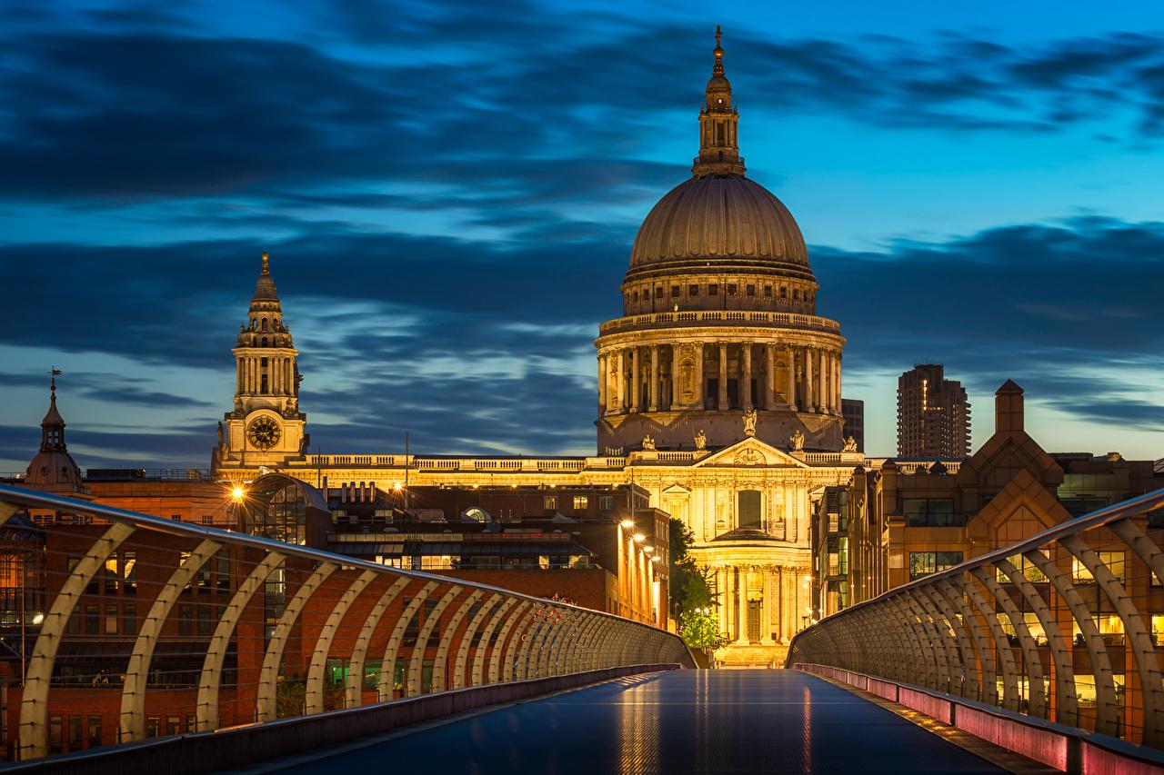 Фото лондоне Англия Millennium Bridge мост ограда Вечер Уличные фонари город Здания Лондон Мосты Забор забора забором Дома Города