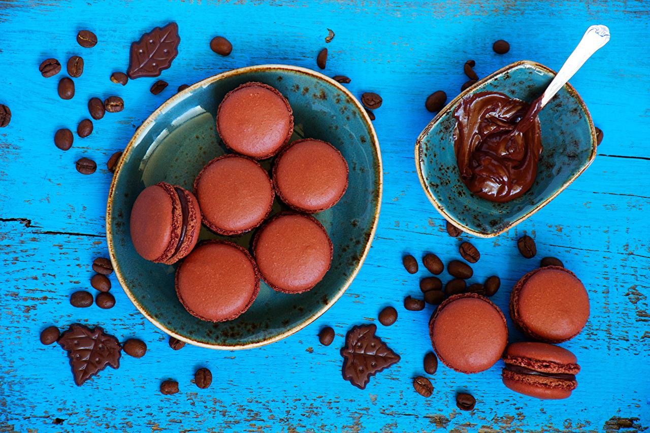 Фотографии Макарон Шоколад тарелке Продукты питания вблизи Выпечка Сладости Еда Пища Тарелка сладкая еда Крупным планом