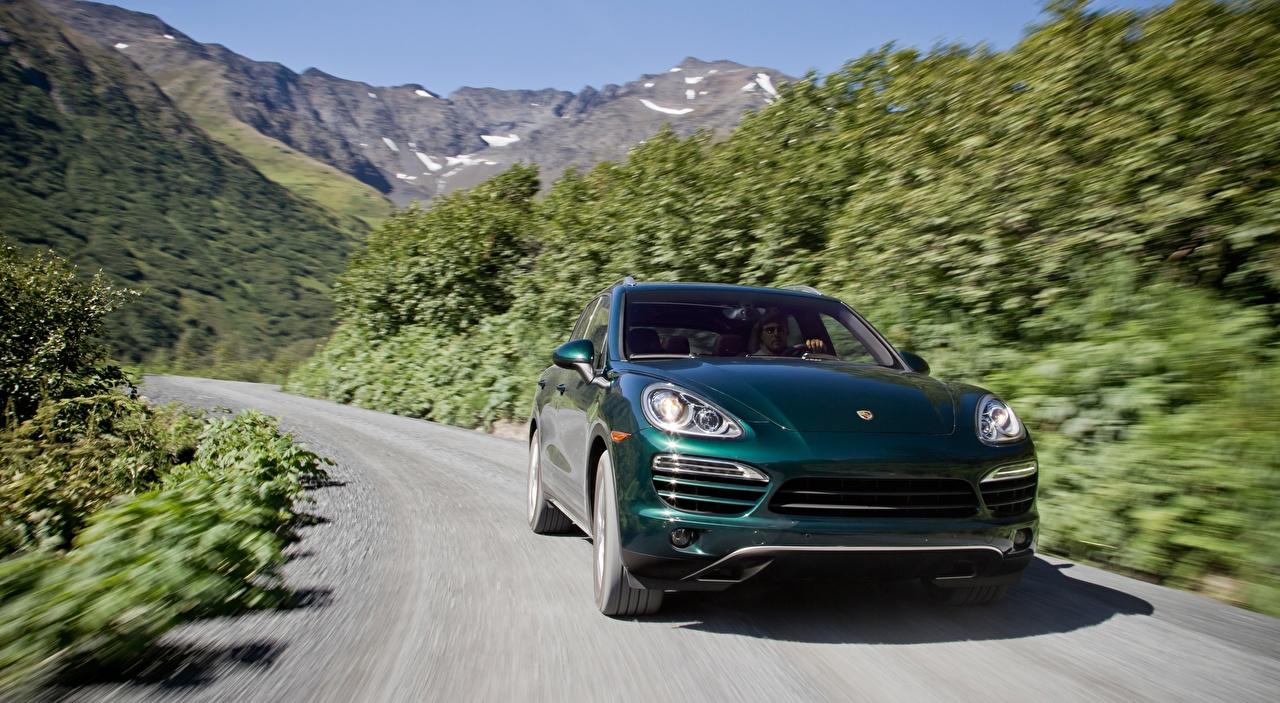 Фото Порше Кроссовер боке зеленых Дороги Движение Спереди Автомобили Porsche CUV Размытый фон зеленая зеленые Зеленый едет едущий едущая скорость авто машины машина автомобиль