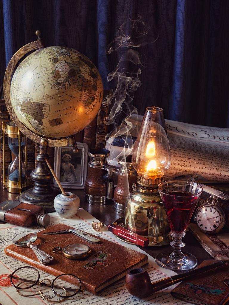 Фотография глобусом Часы Керосиновая лампа Дым Рюмка очков книги Глобус глобусы Очки дымит рюмки очках Книга