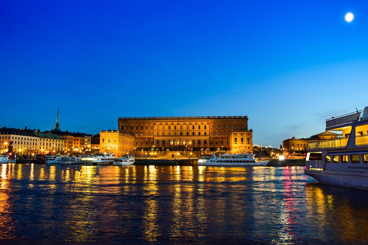 Обои Стокгольм Дворец Швеция Royal Palace Речные суда Ночь Залив Пирсы Дома Города Ночные Причалы Пристань Здания