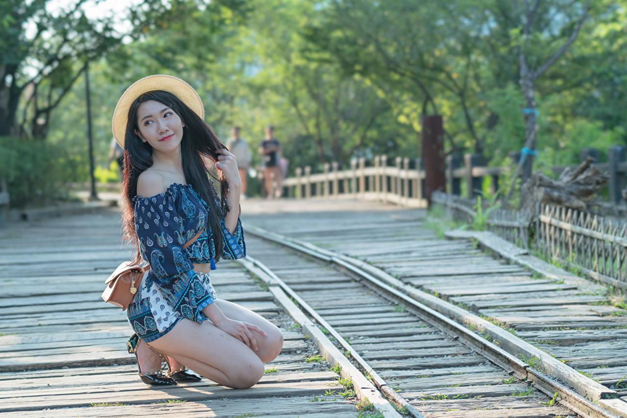 Фотографии Брюнетка боке Поза шляпы молодые женщины Ноги азиатка Руки Сумка брюнетки брюнеток Размытый фон позирует Шляпа шляпе девушка Девушки молодая женщина ног Азиаты азиатки рука