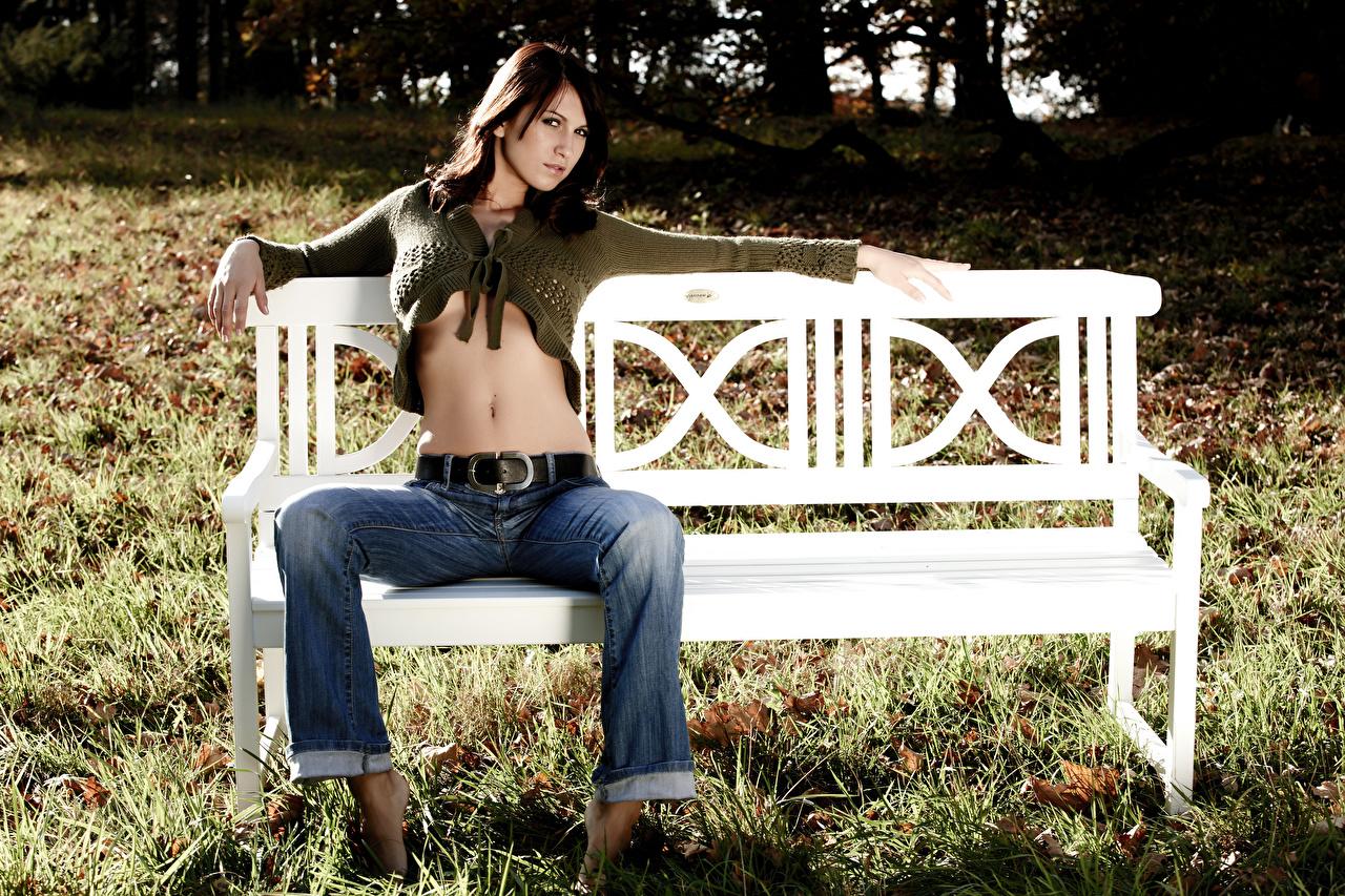 Картинка брюнеток молодая женщина Ноги Джинсы Трава Сидит Живот Скамейка брюнетки Брюнетка девушка Девушки молодые женщины ног джинсов сидя траве Скамья живота сидящие