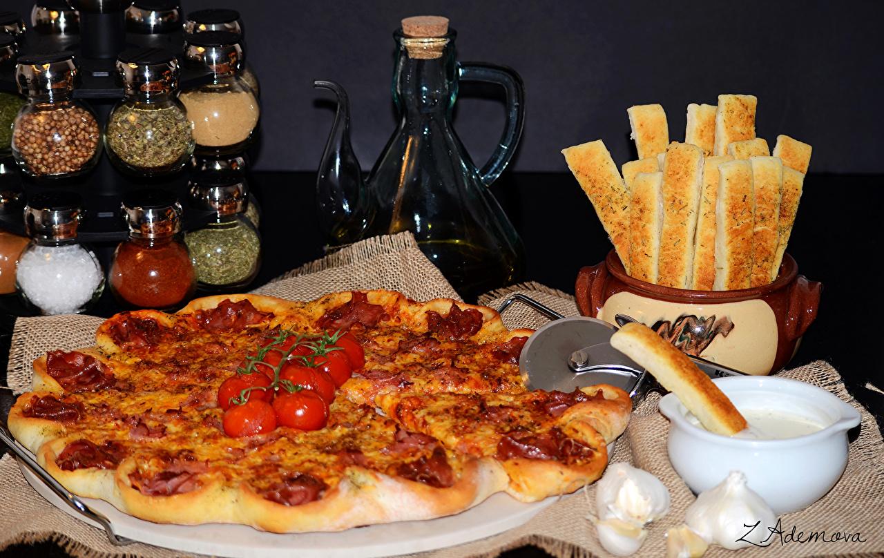 Фотография Пицца Томаты Фастфуд Еда пряности Помидоры Быстрое питание Пища Специи приправы Продукты питания