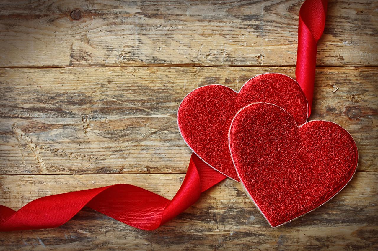 Обои для рабочего стола День всех влюблённых Сердце две Красный Лента Доски День святого Валентина серце сердца сердечко 2 два Двое вдвоем красных красная красные ленточка