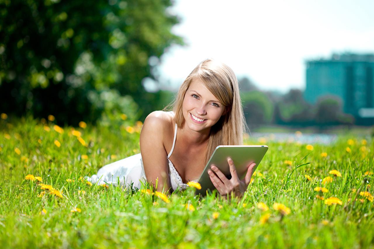 Картинки Планшетный компьютер блондинки улыбается Девушки Поля смотрит Планшет блондинок Блондинка Улыбка девушка молодые женщины молодая женщина Взгляд смотрят