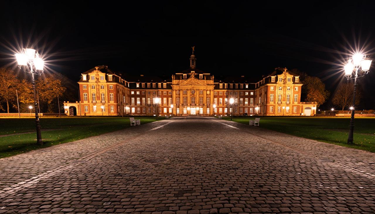 Обои для рабочего стола Германия Muenster Дороги Ночь Уличные фонари Города Здания ночью в ночи Ночные Дома город