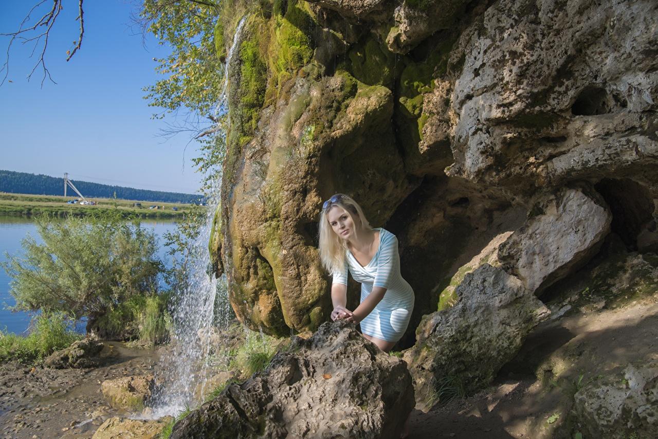 Фото Блондинка скале Водопады молодая женщина очков Камень платья блондинки блондинок Утес Скала скалы девушка Девушки молодые женщины Очки Камни очках Платье