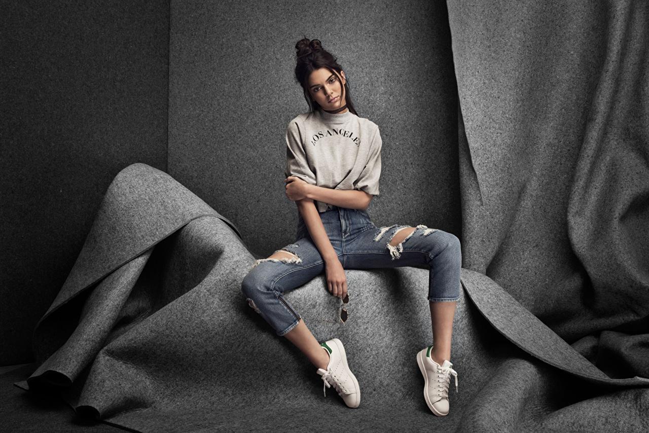 Фотография брюнеток фотомодель Kendall Jenner позирует молодая женщина Джинсы сидя Знаменитости Брюнетка брюнетки Модель Поза девушка Девушки молодые женщины джинсов Сидит сидящие