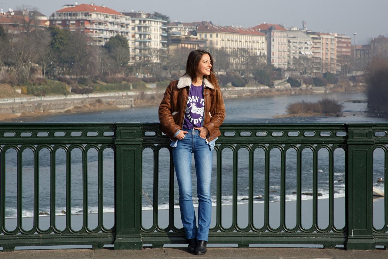 Фотографии Улыбка Lorena Garcia куртках Девушки Забор джинсов улыбается куртке куртки Куртка девушка молодая женщина молодые женщины ограда забора Джинсы забором