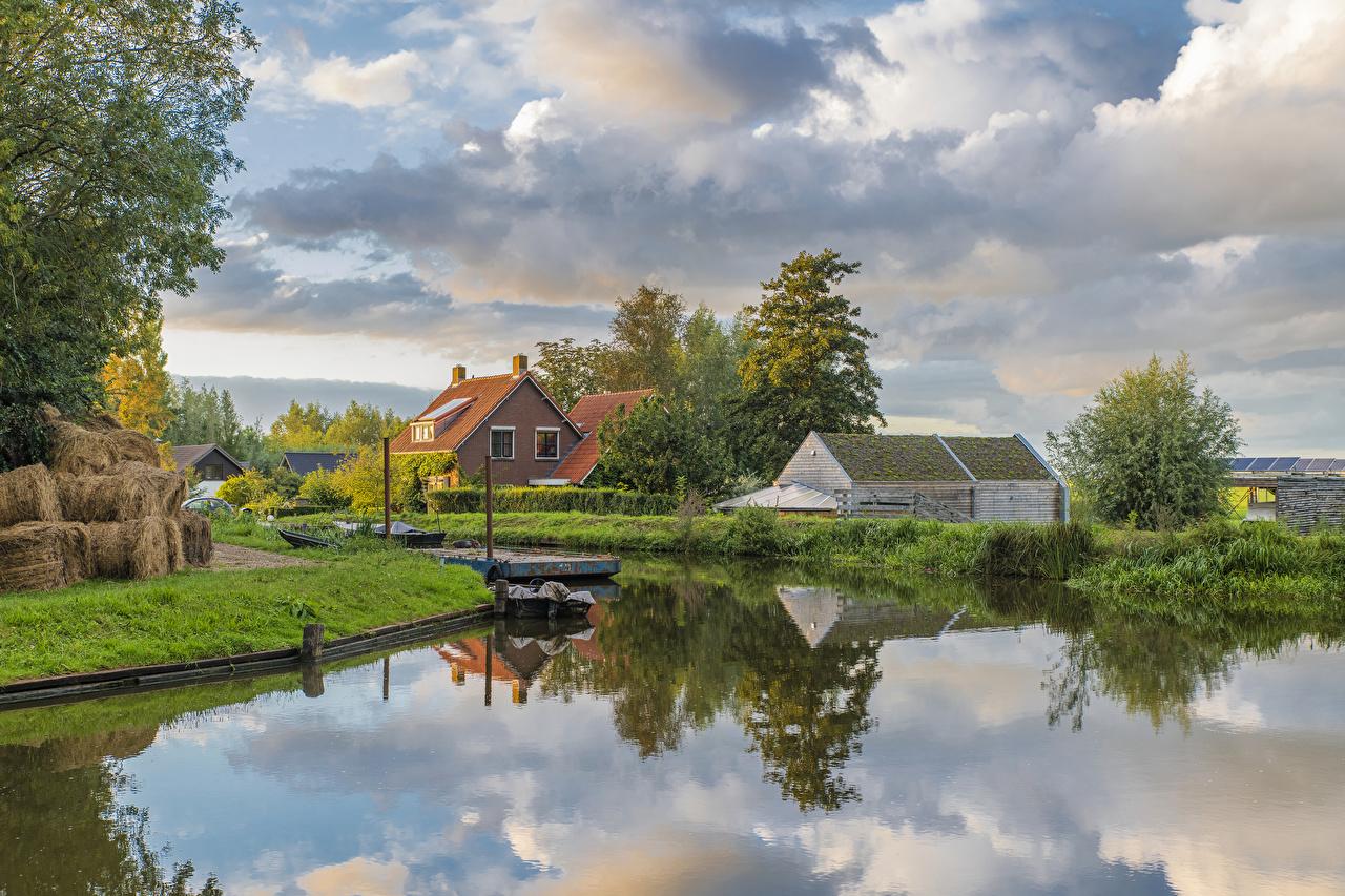 Картинки голландия Woerden Природа Водный канал Причалы Дома Кусты Города Нидерланды Пирсы Пристань город Здания кустов
