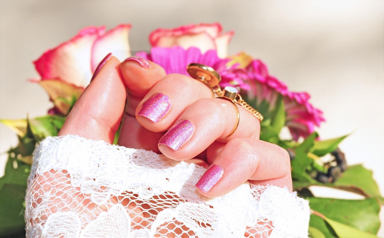 Фото маникюра Розы золотых Кольцо Руки Пальцы Крупным планом Маникюр роза Золотой золотые золотая кольца кольца ювелирное кольцо рука вблизи