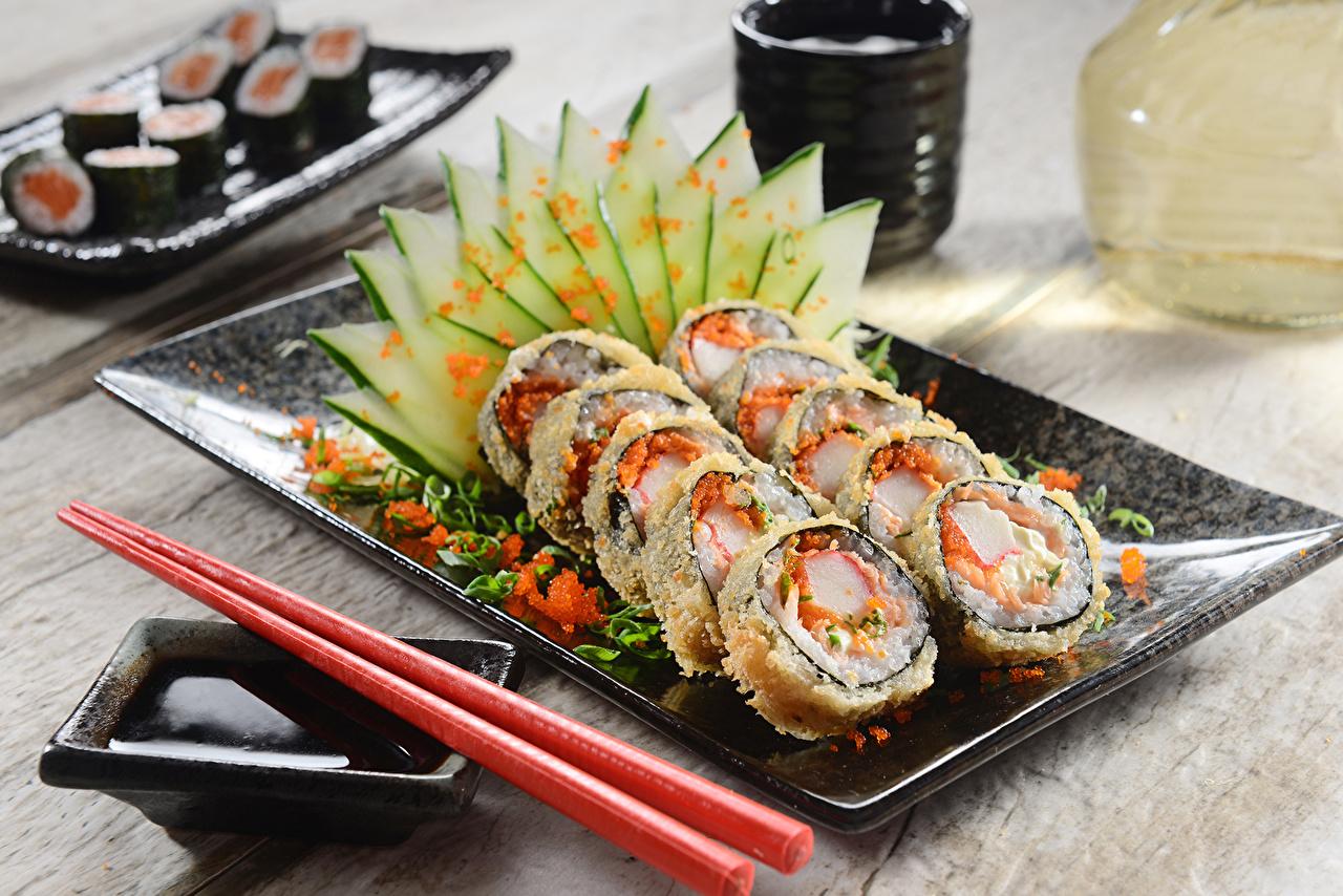 Картинка Огурцы Суши Еда тарелке накрытия стола Крупным планом суси Пища Тарелка Продукты питания вблизи Сервировка