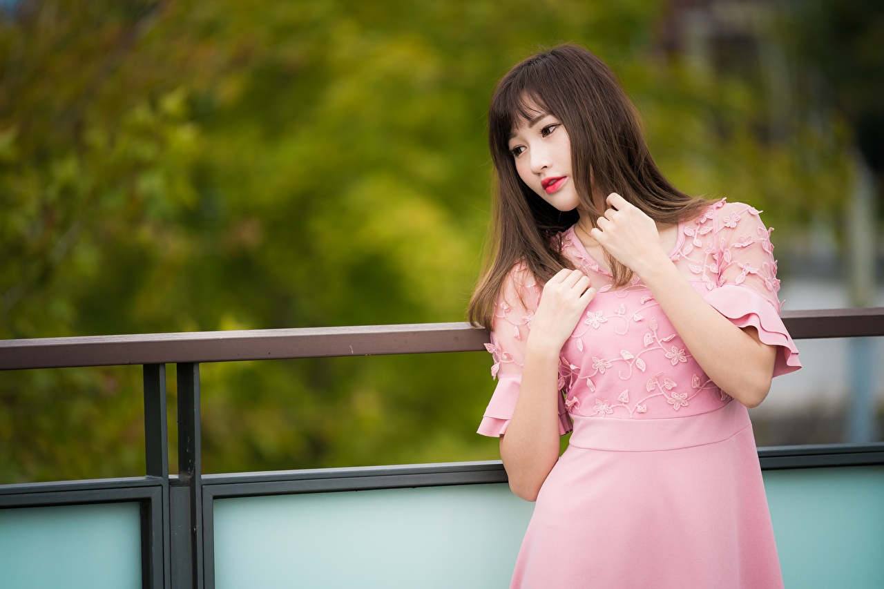 Фотографии Шатенка боке молодая женщина Азиаты Руки Платье шатенки Размытый фон девушка Девушки молодые женщины азиатка азиатки рука платья