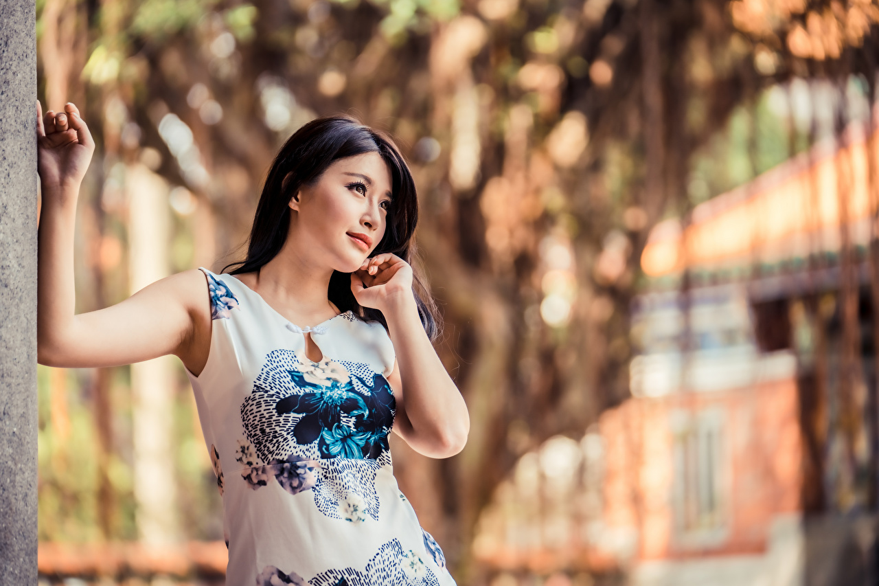 Обои для рабочего стола Брюнетка Размытый фон Поза Девушки азиатки платья брюнетки брюнеток боке позирует девушка молодая женщина молодые женщины Азиаты азиатка Платье