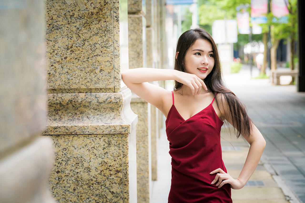 Обои для рабочего стола Шатенка Размытый фон позирует Миленькие Девушки Азиаты Руки платья шатенки боке Поза милая Милые милый девушка молодые женщины молодая женщина азиатка азиатки рука Платье