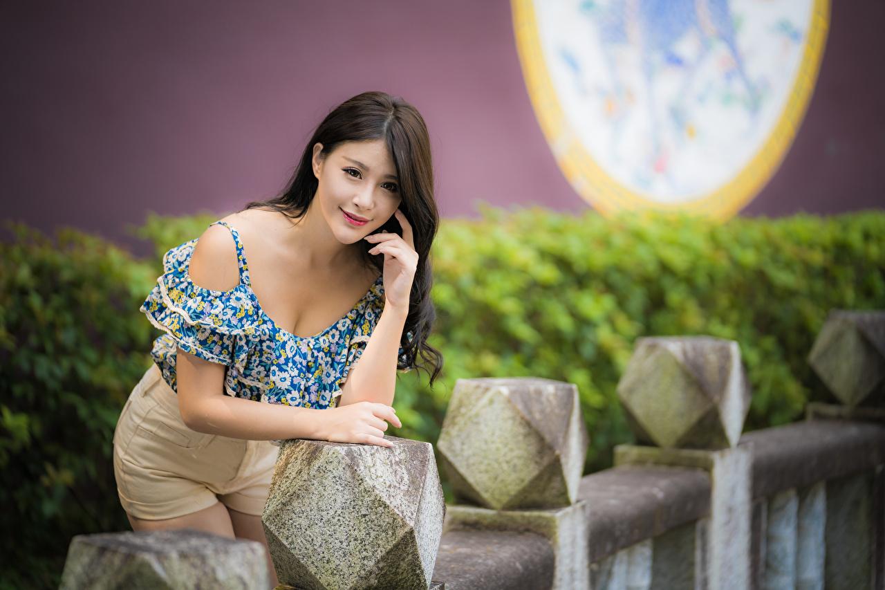 Картинка Размытый фон Поза Блузка молодая женщина азиатки шорт Взгляд боке позирует девушка Девушки молодые женщины Азиаты азиатка Шорты шортах смотрят смотрит