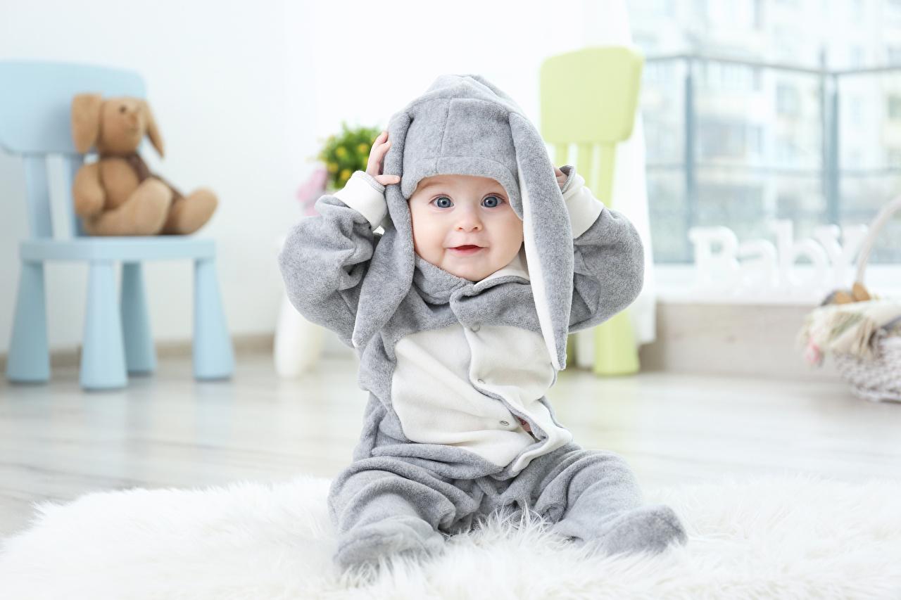 Картинки Пасха Кролики Младенцы Дети Униформа смотрит Праздники грудной ребёнок Ребёнок Взгляд