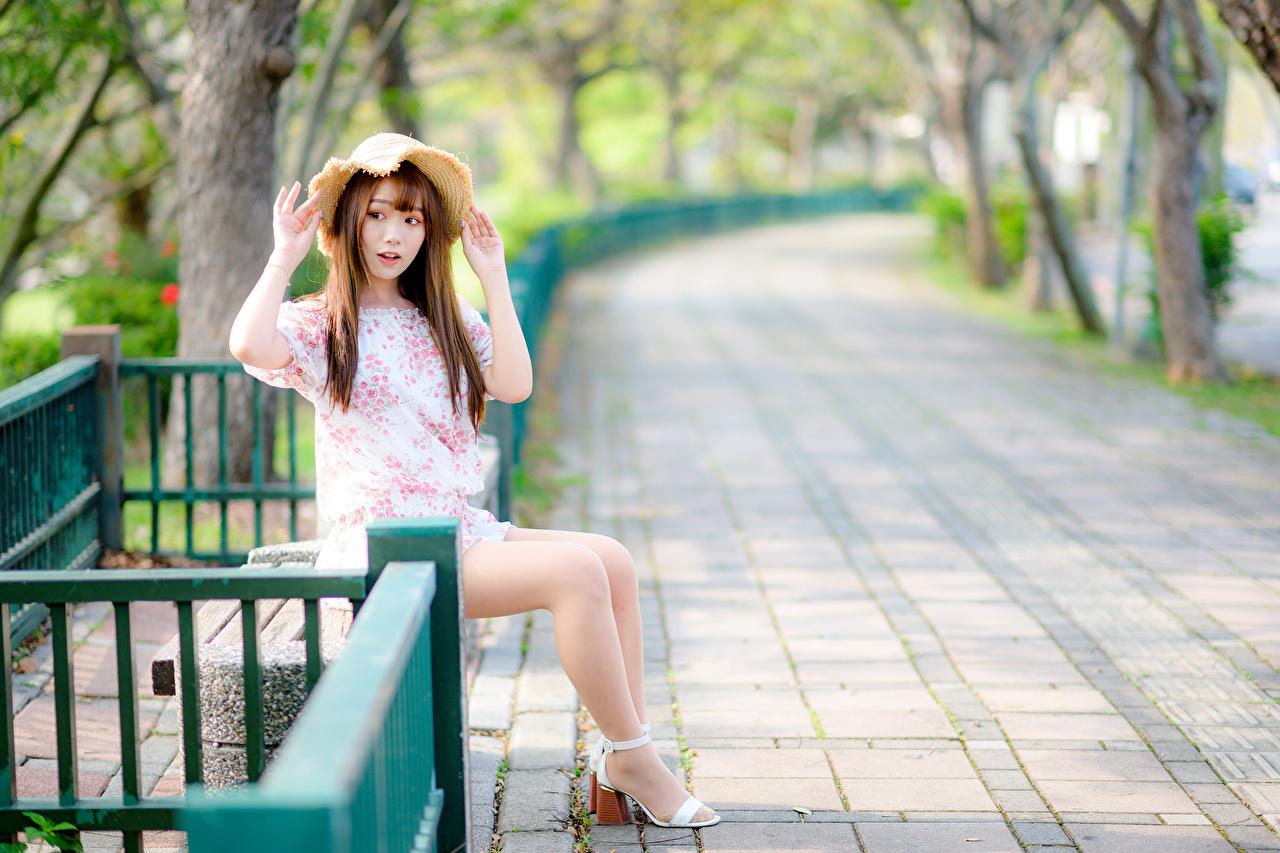 Картинки шатенки Шляпа девушка ног азиатки Сидит Платье Шатенка шляпы шляпе Девушки молодая женщина молодые женщины Ноги Азиаты азиатка сидя сидящие платья