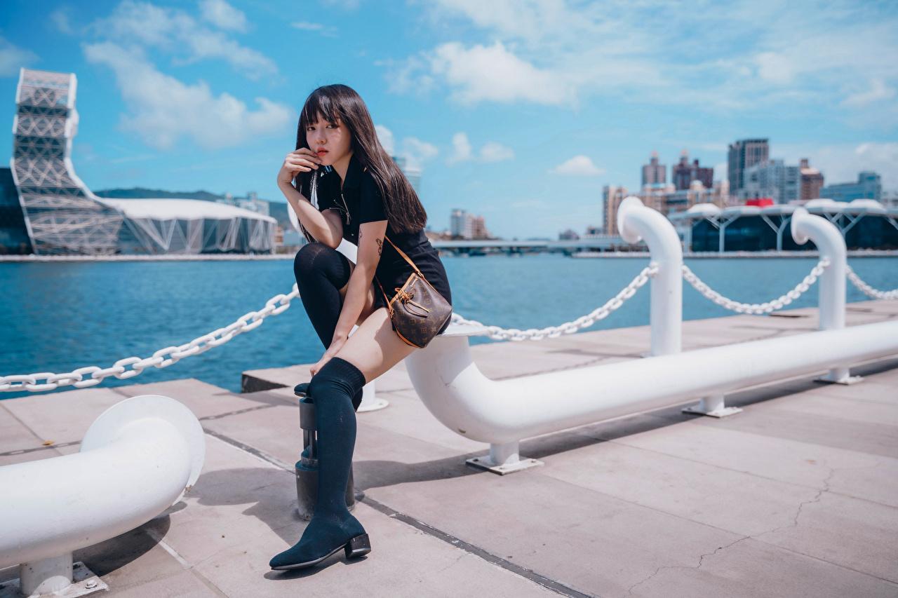 Картинка Девушки Ноги Азиаты сидящие набережной Взгляд девушка молодая женщина молодые женщины ног азиатки азиатка сидя Сидит Набережная смотрит смотрят