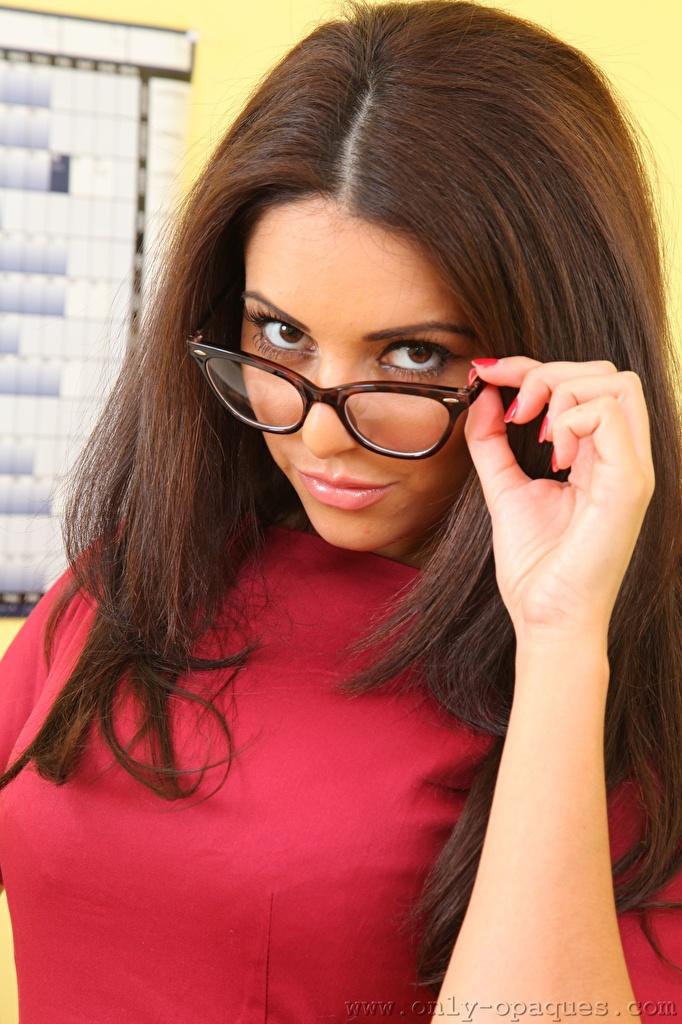 Обои для рабочего стола Charlotte Springer Шатенка волос Девушки Руки очках Взгляд  для мобильного телефона шатенки Волосы девушка молодые женщины молодая женщина рука Очки очков смотрят смотрит