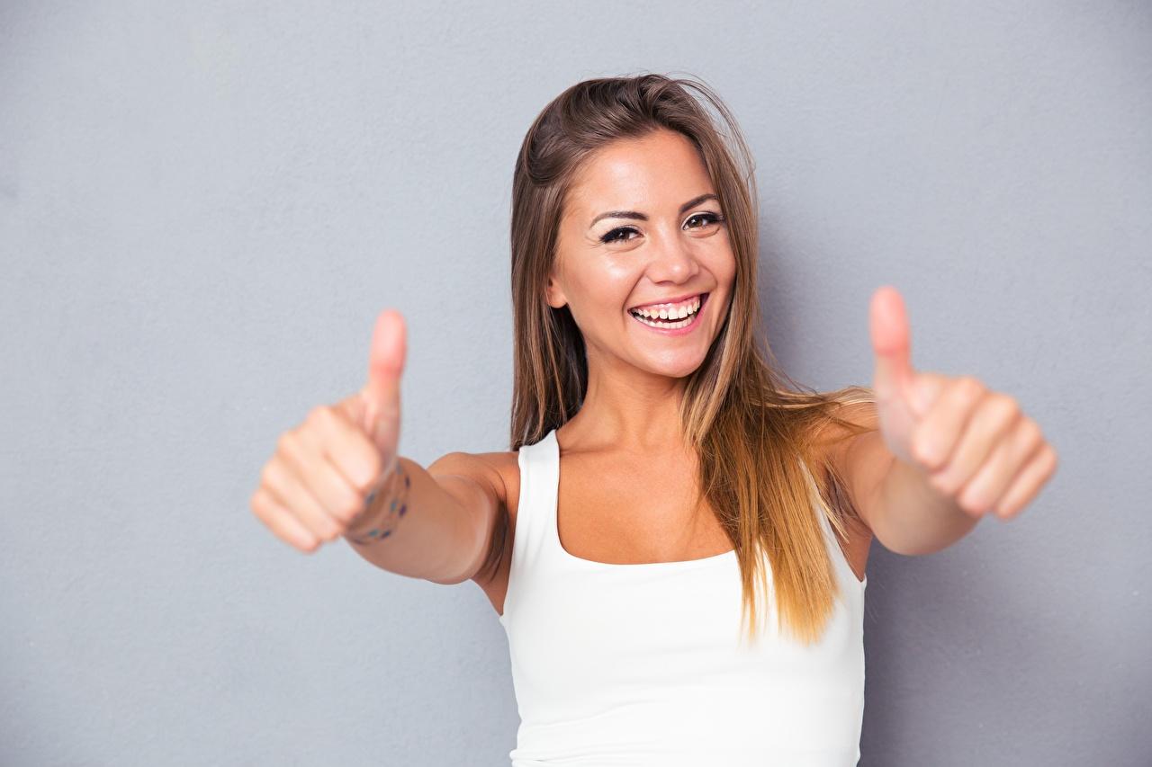 Картинки Улыбка счастливая жесты молодая женщина майке Руки счастье Радость улыбается радостный радостная счастливые счастливый Жест девушка Девушки молодые женщины майки Майка рука