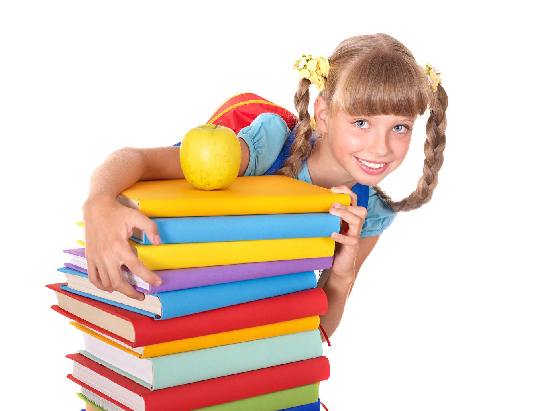 Фотографии Девочки Школа Дети Яблоки книги смотрит Белый фон девочка школьные ребёнок Книга Взгляд смотрят белом фоне белым фоном