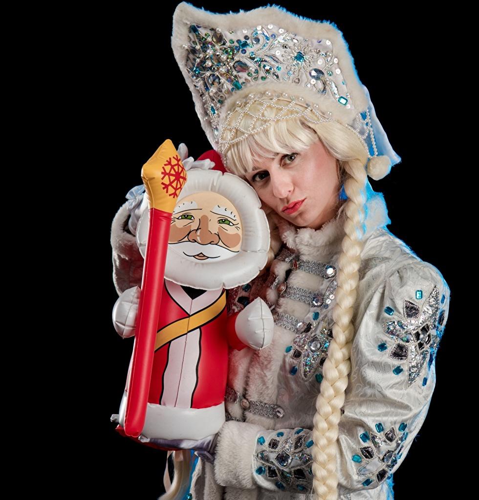 Фото Новый год косички snow maiden молодая женщина униформе Взгляд на черном фоне Рождество косы Коса девушка Девушки молодые женщины Униформа смотрят смотрит Черный фон