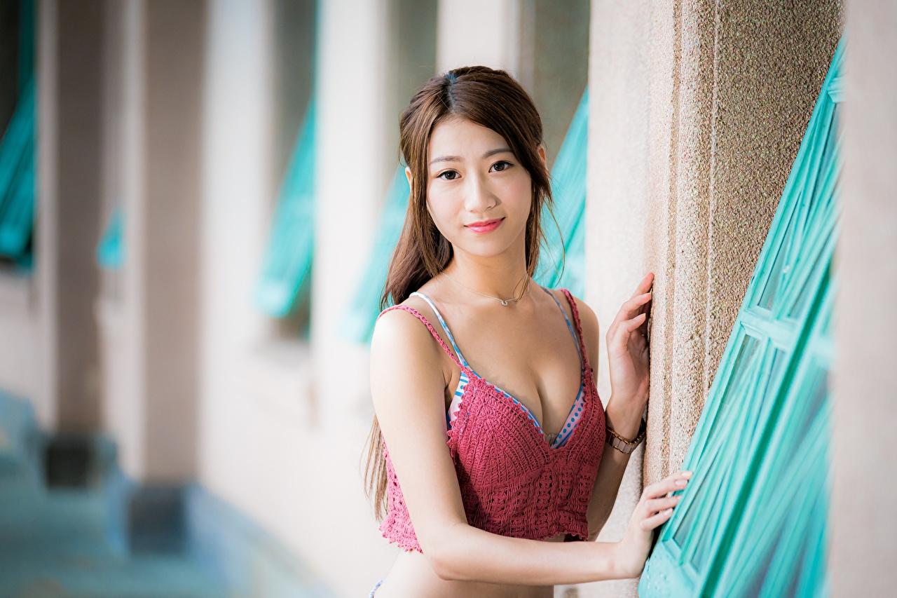 Картинка шатенки боке Поза молодые женщины азиатки смотрит Шатенка Размытый фон позирует девушка Девушки молодая женщина Азиаты азиатка Взгляд смотрят