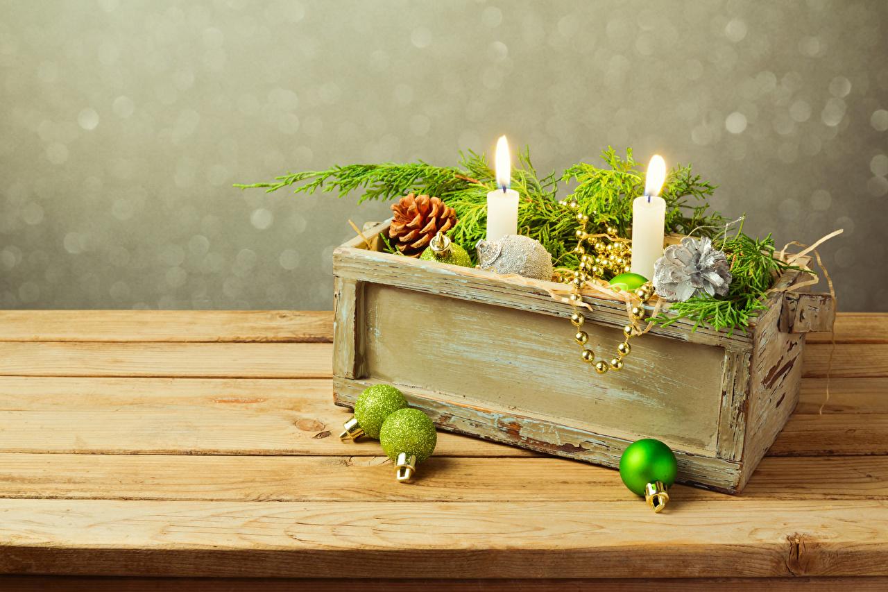 Обои для рабочего стола Новый год Свечи ветка Шарики Доски Рождество Шар Ветки ветвь на ветке