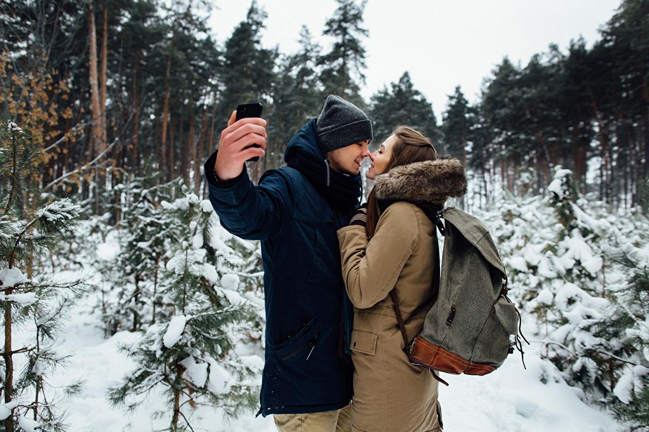 Обои Шатенка Мужчины Влюбленные пары Селфи вдвоем Любовь зимние Девушки Руки любовники 2 Двое Зима