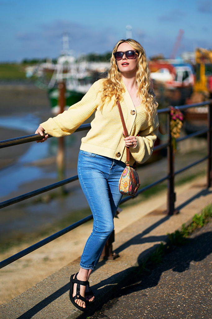 Фото Carla Monaco блондинок Размытый фон молодая женщина джинсов Очки Сумка  для мобильного телефона блондинки Блондинка боке девушка Девушки молодые женщины Джинсы очков очках