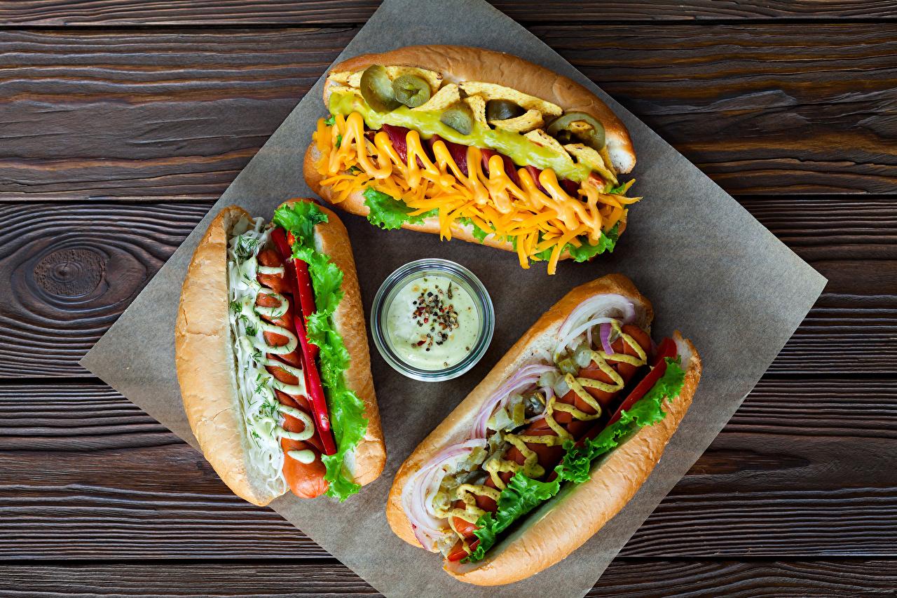 Картинки Еда Хот-дог Сосиска Булочки Овощи Трое 3 Горчица Доски Пища Продукты питания три втроем