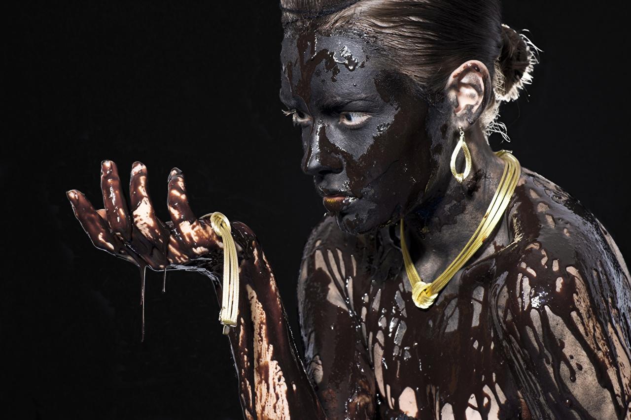 Фото Девушки ожерелья Руки в грязи Взгляд на черном фоне Украшения девушка Ожерелье ожерельем молодая женщина молодые женщины рука Грязь грязный смотрят смотрит Черный фон