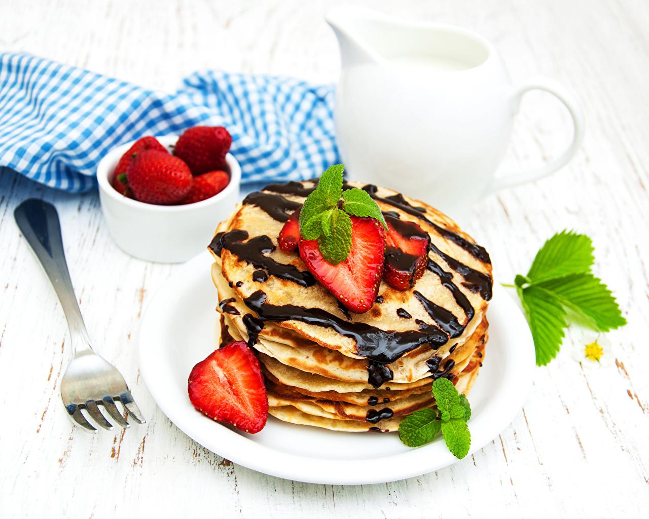 Фотографии Шоколад Блины Клубника Тарелка Вилка столовая Продукты питания Еда Пища вилки тарелке