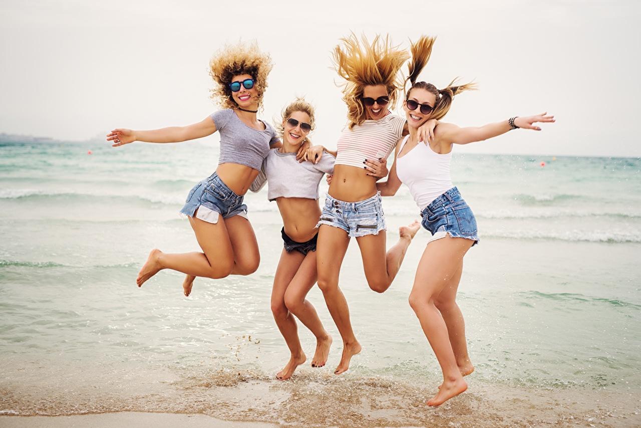Фотография радостная Пляж Море релакс Четыре 4 молодая женщина ног Прыжок Очки шортах счастье Радость радостный счастливые счастливый счастливая пляжа пляже пляжи Отдых девушка Девушки отдыхает молодые женщины Ноги прыгает прыгать в прыжке шорт очков очках Шорты