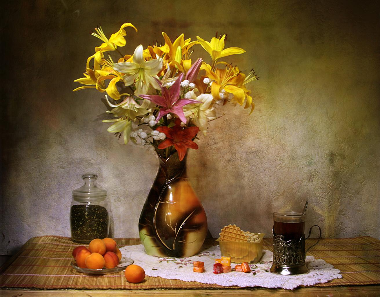 Обои для рабочего стола Чай Лилии Абрикос цветок Стакан Еда Ваза Сладости Натюрморт лилия Цветы стакана стакане Пища вазы вазе Продукты питания сладкая еда
