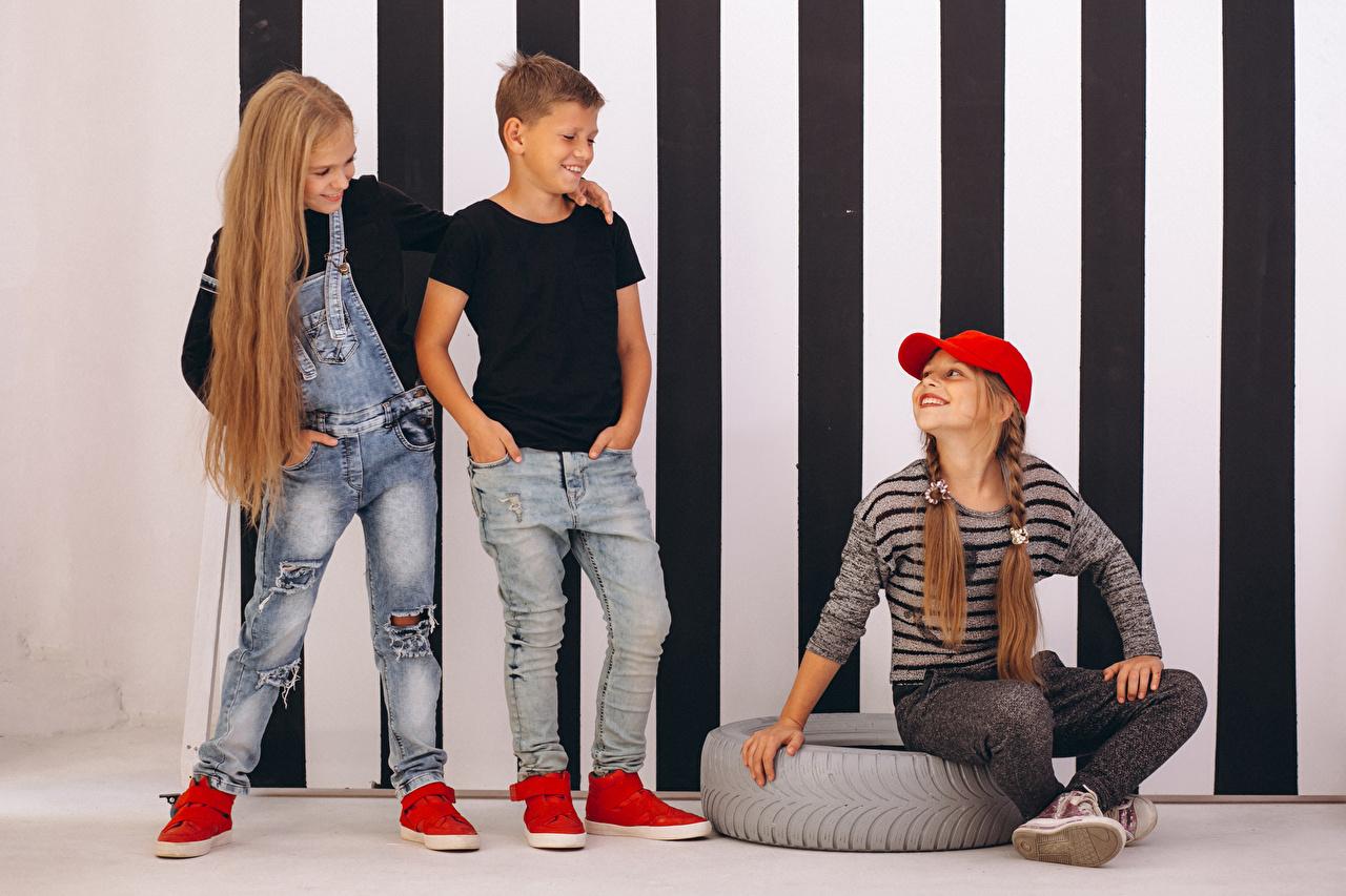 Фотография Девочки мальчишка Улыбка Дети Волосы Джинсы Трое 3 кепкой девочка мальчик Мальчики мальчишки улыбается ребёнок волос джинсов три втроем кепке Кепка Бейсболка