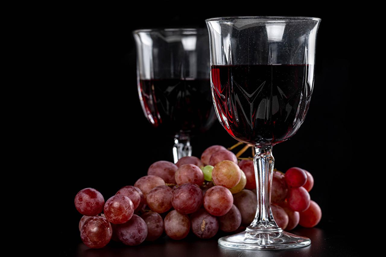 Картинка Вино Двое Виноград бокал Продукты питания Черный фон 2 два две вдвоем Еда Пища Бокалы на черном фоне