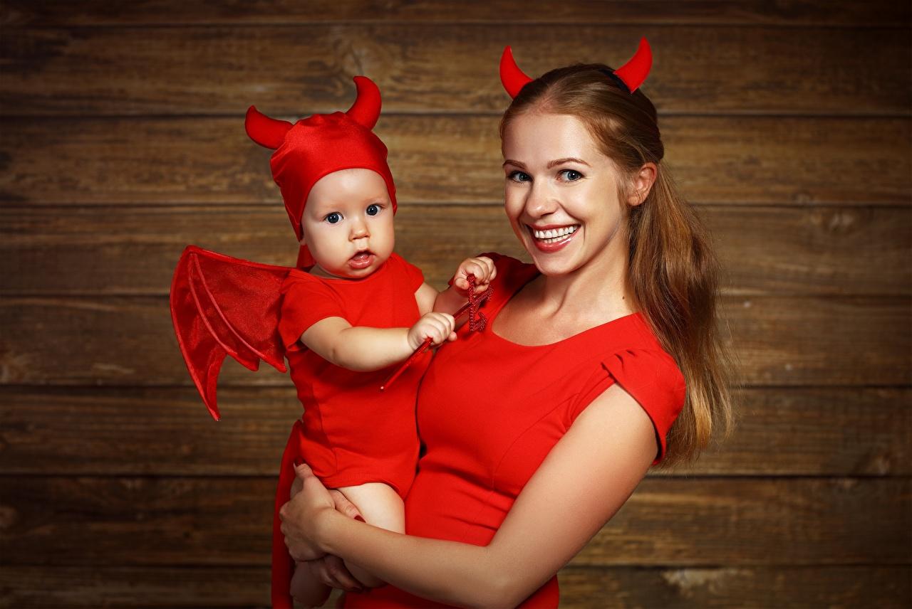 Картинка младенца демон улыбается Мама ребёнок молодые женщины униформе Младенцы младенец грудной ребёнок Демоны Улыбка Мать Дети девушка Девушки молодая женщина Униформа