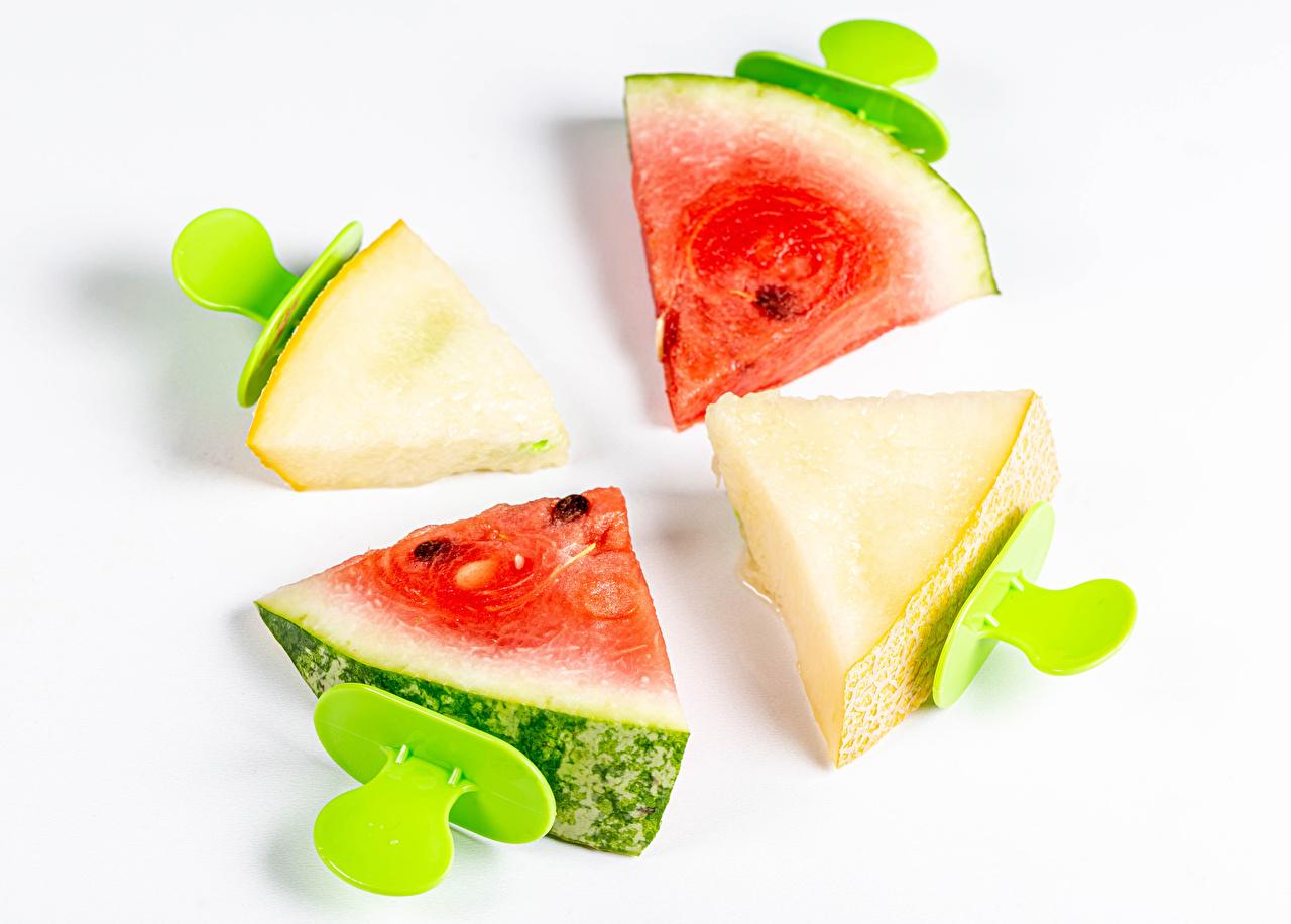 Обои для рабочего стола Дыни Кусок Арбузы Еда белым фоном часть кусочек кусочки Пища Продукты питания Белый фон белом фоне