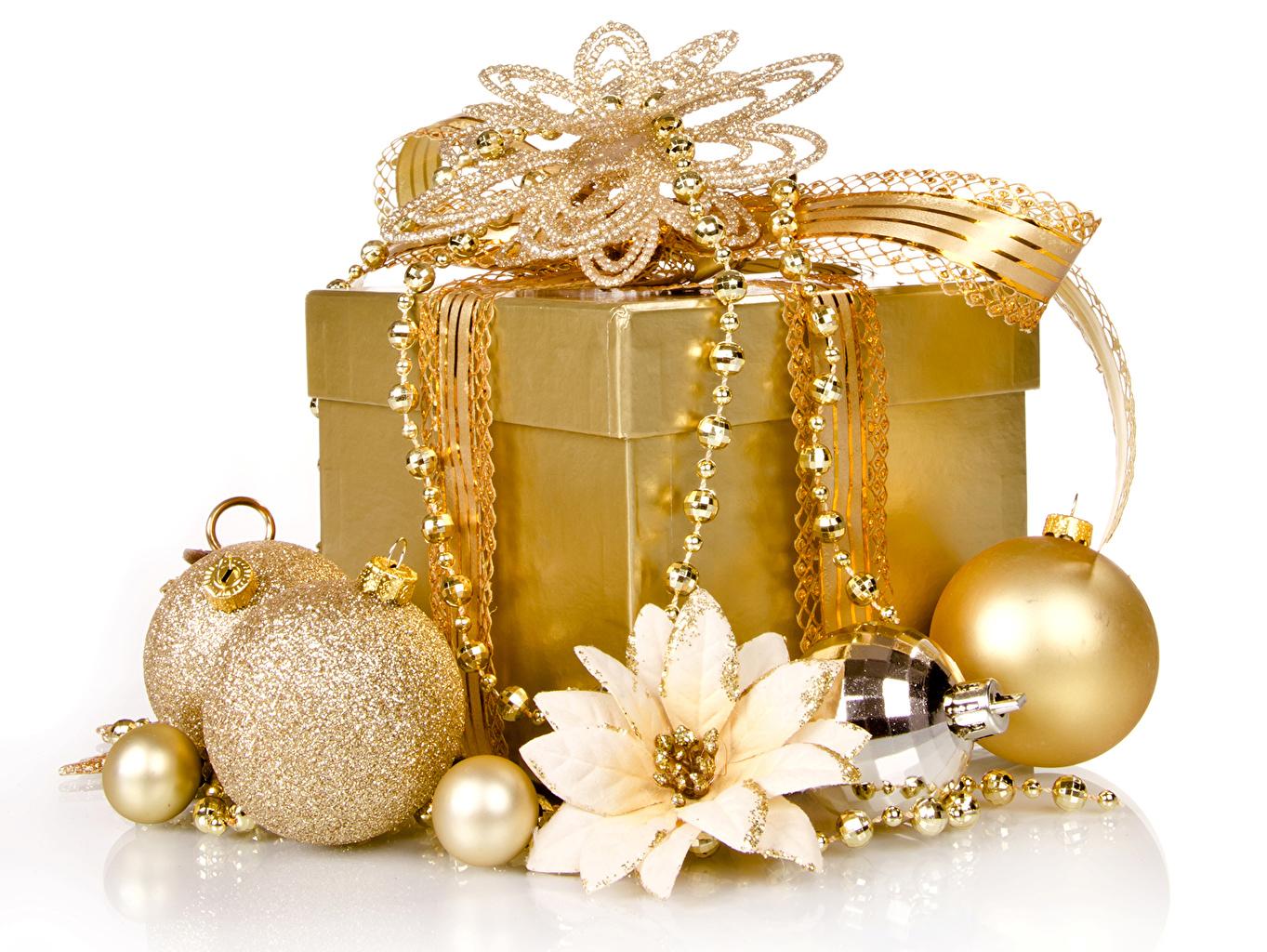 Фото Рождество Золотой подарок коробки Шар белом фоне Украшения Новый год золотые золотая золотых Подарки Коробка коробке подарков Шарики Белый фон белым фоном