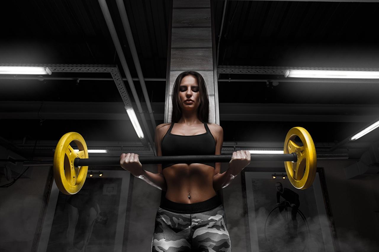 Фотография Брюнетка физическое упражнение Фитнес Штанга девушка Руки живота смотрит брюнетки брюнеток Тренировка тренируется штангой Девушки молодая женщина молодые женщины рука Живот Взгляд смотрят