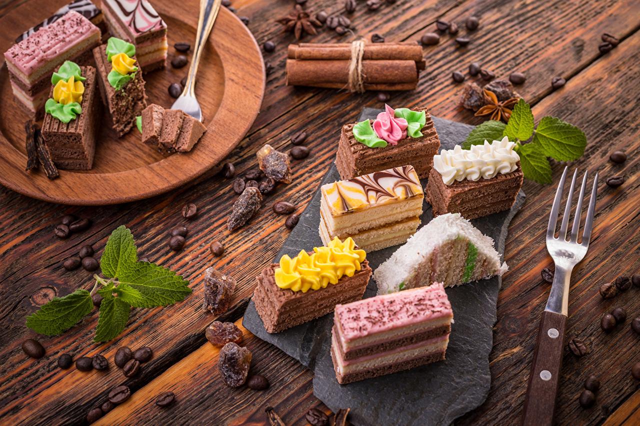 Картинки Кофе Зерна Корица Пища Вилка столовая Пирожное Сладости Доски Еда Продукты питания