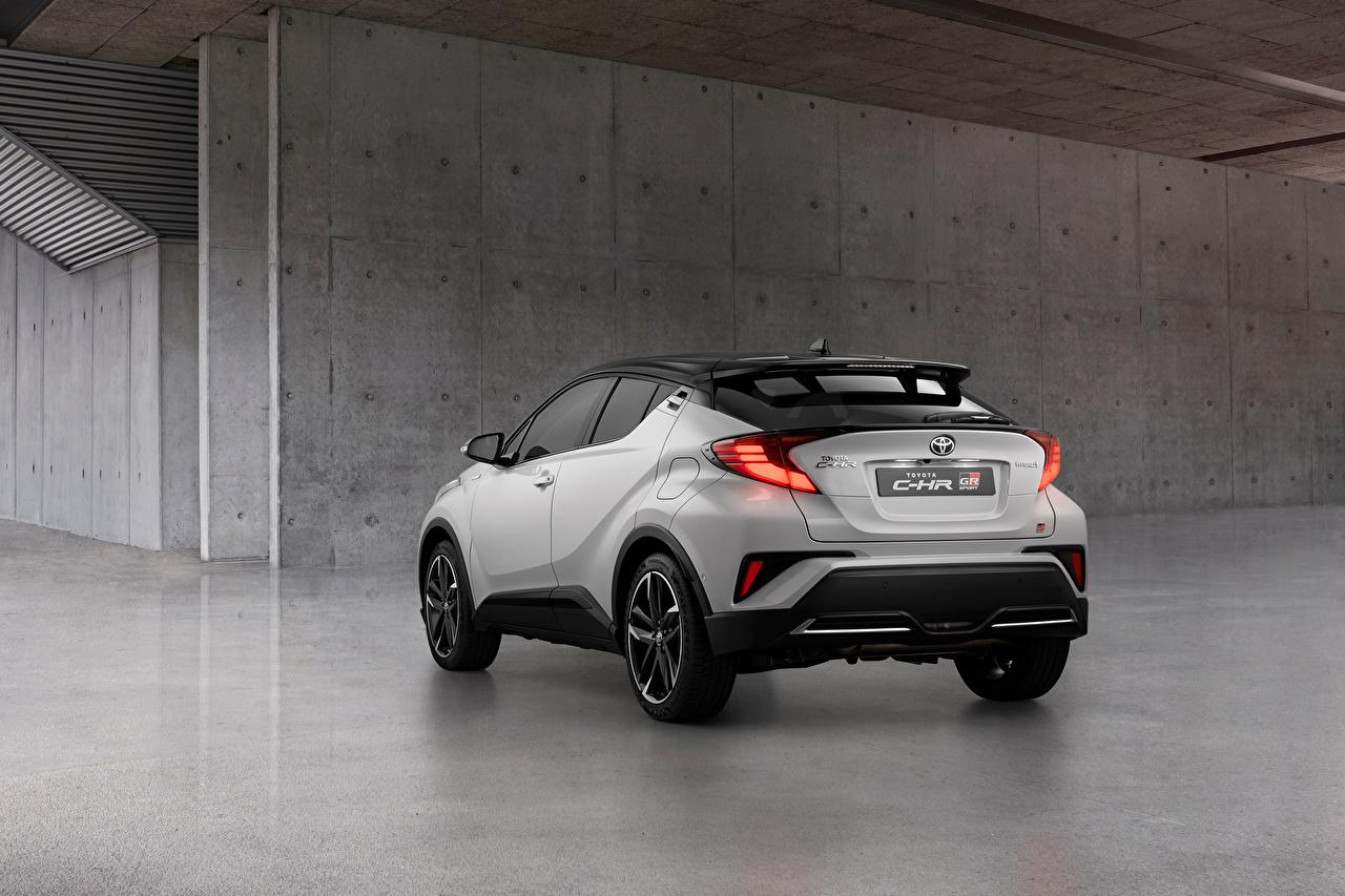 Обои для рабочего стола Тойота Кроссовер C-HR Hybrid GR Sport, EU-spec, 2020 Белый авто Металлик вид сзади Toyota CUV белая белые белых Сзади машины машина Автомобили автомобиль